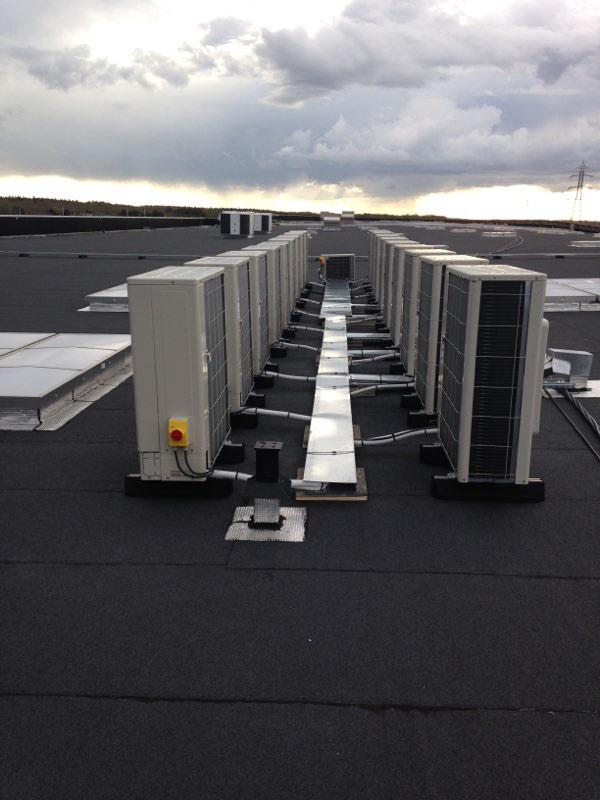 ECPR climatisation groupes extérieurs sur toiture enseigne